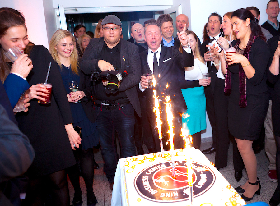 Ming Business Berlin London Center 2 Jahre Feier Jubilaeum Torte Gerry Concierge eBLOG RED pic Joerg Unkel
