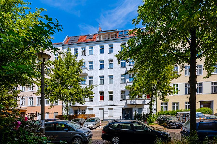 Hausansicht 2020 2301 Hochwertige 3-Zimmer-DG-Wohnung Erstbezug, Südterrasse mit Panoramablick, direkt am Wedding eblog red