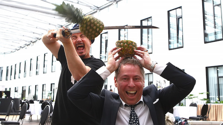 eblog Gerry Concierge Foto Thorsten Schrader Joe Entertain Group Ananas Kopf Schwert Samurai 2015 MOA Hotel Blog